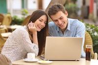 Paar eröffnet ein Bankkonto für Studenten