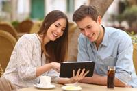 Paar freut sich über Studentenkonto nach dem Studium